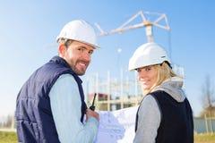 工作外面在建造场所的两名工作者 免版税库存图片