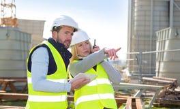 工作外面在建造场所的两名工作者 图库摄影