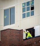 工作大厦的o外部建筑工人 库存照片