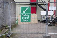工作安全这里地方开始在建筑建筑工地签字 库存图片