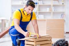 工作安装工的木匠锯一个木板用手sa 免版税库存照片