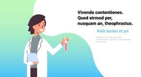工作实验室的女性科学家拿着做研究妇女的试管吸管学习现代化学制品的实验 向量例证