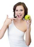 工作室射击。 拿着绿色苹果孤立的妇女 免版税库存图片