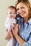 工作室被射击愉快的母亲和婴孩 库存照片