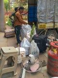 工作家庭事的搬家公司寄宿在房子的转移Lok Vatika卡尔扬坦帕 免版税库存照片