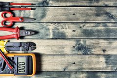 工作工具顶视图为电子设施的土气木背景的 免版税库存照片