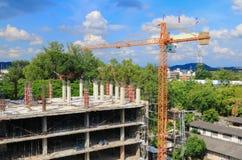 工作建筑和起重机绞刑台在站点工作场所大厦 免版税图库摄影