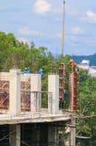 工作建筑和起重机绞刑台在站点工作场所大厦 库存照片