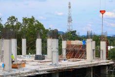 工作建筑和起重机绞刑台在站点工作场所大厦 免版税库存照片