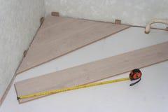 工作开始从屋子的角落的放置的层压制品 库存图片