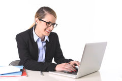 工作愉快微笑在成功的年轻可爱的女实业家对工作概念 免版税图库摄影