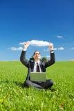 工作户外在一个绿色领域的成功的人 免版税库存图片