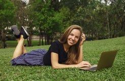 工作户外在草的女孩 库存图片