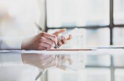 工作新的起始的项目现代办公室的照片妇女 握女性手的当代智能手机,写消息笔 anatolian 免版税图库摄影