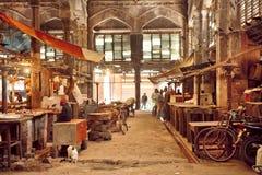 工作日的结尾在老城市市场里面难看的东西大厅的与历史柜台的 库存图片