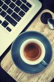 工作时间 热的咖啡,与膝上型计算机的espesso 到达天空的企业概念金黄回归键所有权 库存图片