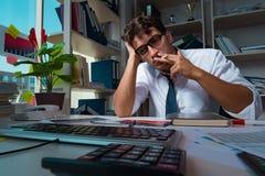 工作晚小时的人商人在办公室 库存图片