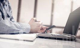 工作普通设计膝上型计算机的商人 触摸屏智能手机 全世界连接技术接口 库存照片