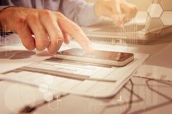 工作普通设计膝上型计算机的商人 触摸屏智能手机 全世界连接技术接口 免版税库存照片