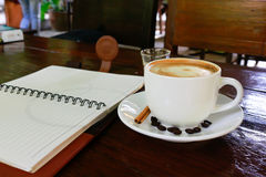 工作有一杯咖啡的办公桌计算机膝上型计算机,笔记本, 免版税库存照片