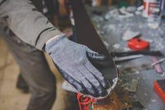 工作服安装工的一个人修理滑雪的滑动面车间滑雪服务的 在工具的手上,最后的波尔布特 免版税库存照片