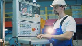 工作服的一个人操作一张控制板 股票视频