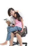 工作母亲和女儿有片剂的 图库摄影