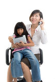 工作母亲和女儿有片剂的 免版税库存图片