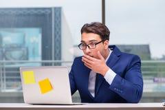工作狂商人劳累了过度与许多工作在办公室 库存图片