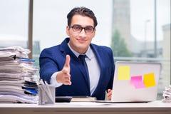 工作狂商人劳累了过度与许多工作在办公室 库存照片