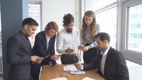 工作环境在办公室 小组讨论的商人企业问题 免版税库存图片