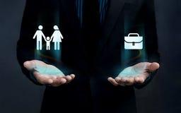 工作生活平衡家庭概念、形状和工作公文包Fl 库存照片
