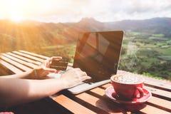 工作生活平衡 使用便携式计算机和信用的商人 库存图片