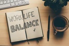 工作生活平衡-在开放笔记本,笔,咖啡的handwrite词,顶视图 生活方式成功战略概念 免版税库存图片