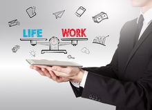 工作生活平衡,拿着片剂计算机的年轻人 免版税库存图片