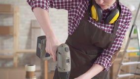 工作电钻的专业年轻工人木匠妇女的关闭 股票视频