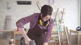 工作电钻的画象专业年轻工人木匠妇女 影视素材