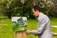 工作男性的艺术家户外 免版税库存图片
