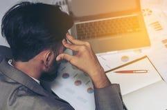 工作疲劳的年轻商人 免版税库存图片
