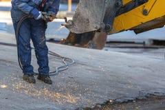 工作白天焊接器的工作者 免版税图库摄影