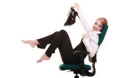从工作的中断 放松女实业家的椅子 免版税库存照片