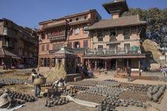 工作的人们在Bhakt手工造2013年12月2日的瓦器 库存照片