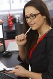 工作的女实业家特写镜头画象  免版税库存图片