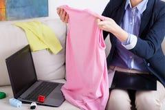 工作的妈咪和肮脏的衣裳 免版税库存图片