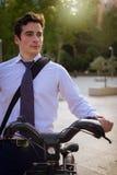 工作的年轻商人骑马在城市 图库摄影