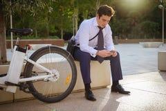 工作的年轻商人骑马在城市 免版税库存图片