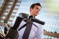 工作的年轻buinessman骑马在城市 免版税库存照片