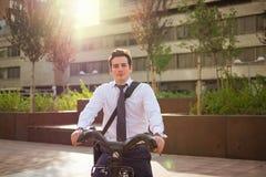 工作的年轻buinessman骑马在城市 免版税库存图片