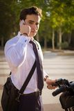 工作的年轻buinessman骑马在城市 库存图片