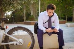 工作的年轻buinessman骑马在城市 免版税图库摄影